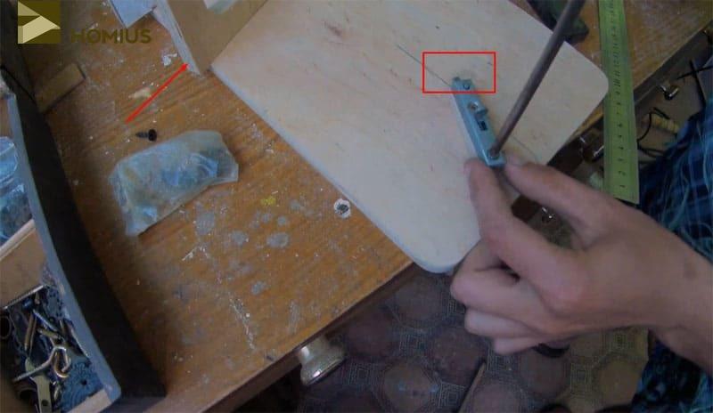 Защёлка на месте, осталось отметить и выбрать под неё отверстие в торце ножки