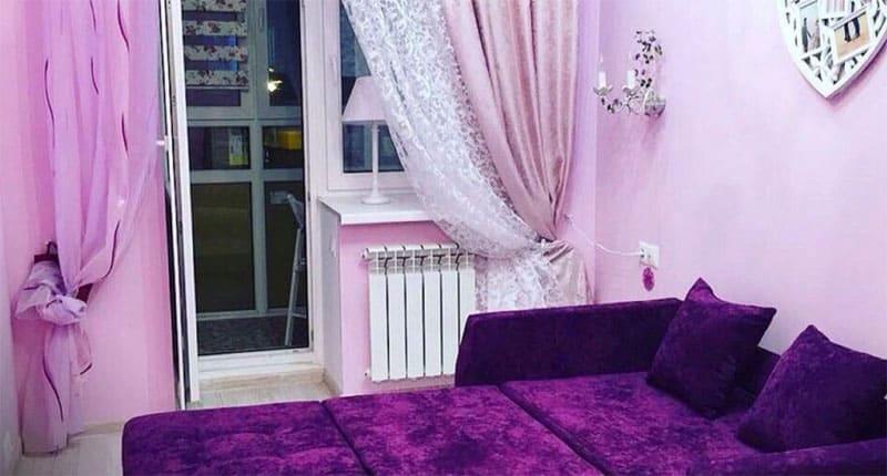 Такой интерьер напоминает комнату Барби, цвет категорически не подходит для спальни