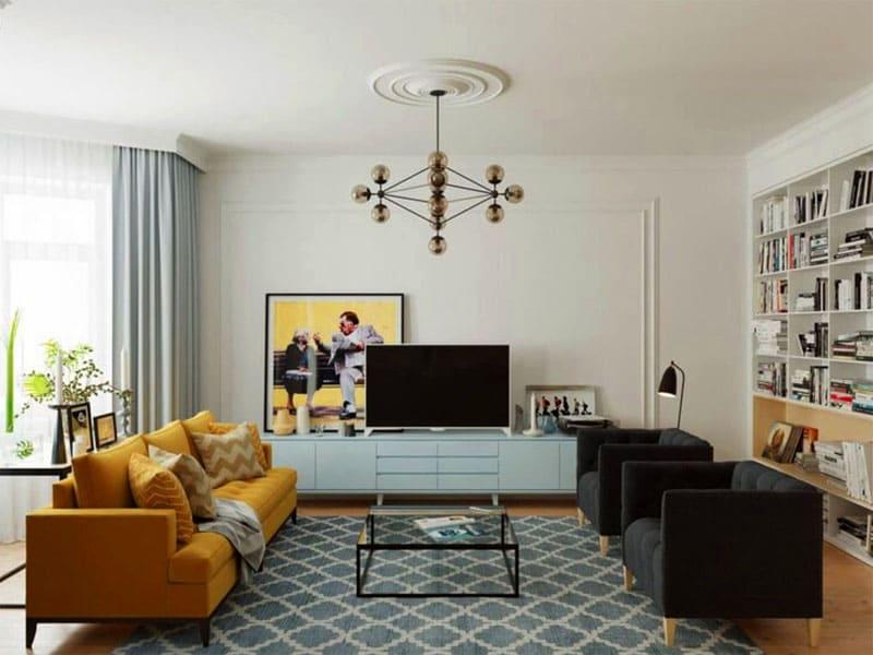 Максимально используйте пространство и избегайте лишних предметов мебели, расставленных возле стен
