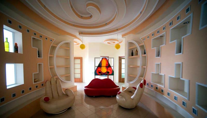 Важно правильно подобрать сочетание потолочных и настенных конструкций, чтобы не пришлось жить в таком дизайне