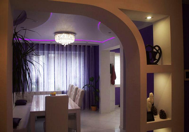 Десять лет назад арки с полочками для статуэток и цветочных горшков «говорили» о роскоши и хорошем вкусе, но сегодня такой дизайн считается устаревшим и не вписывается в современные квартиры