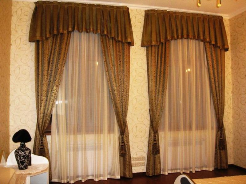 Тяжёлые занавески с лентами и подвязками хорошо смотрятся в соответствующем интерьере – в квартире с дорогим классическим ремонтом. Вешать их в стандартную хрущёвку не рекомендуется, чтобы не испортить общий вид помещения