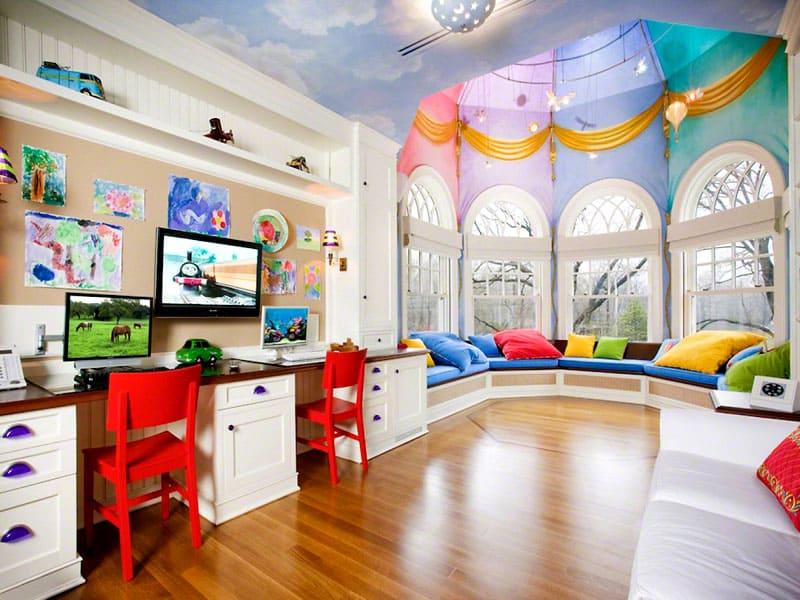 Рабочая зона должна быть достаточно просторной, чтобы ребёнок мог свободно разместить локти, а также канцелярские принадлежности