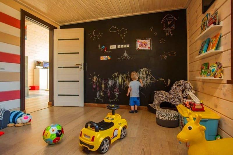 Если ваш ребёнок обожает рисовать на стенах – создайте ему возможность для творчества с помощью специального мелового покрытия