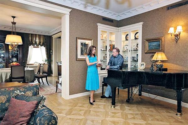 В зоне отдыха почётное место занимает чёрный концертный рояль