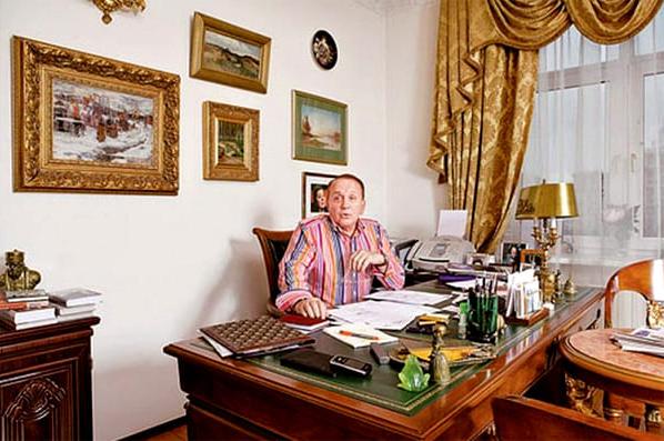 Украшают кабинет картины художников в золочёных багетных рамах
