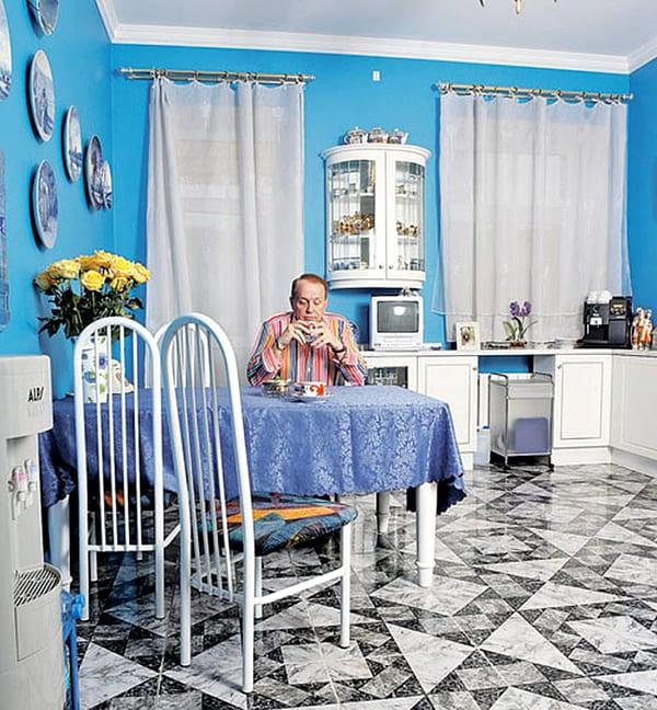 Серо-белый кафель на полу слегка разбавляет небесную феерию кухни