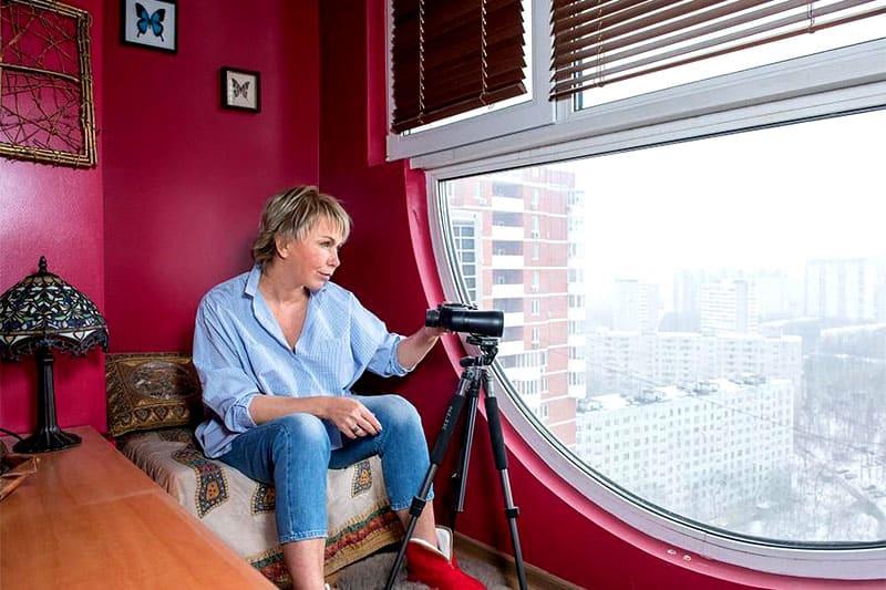 Главная изюминка планировки квартиры – роскошное овальное окно на лоджии, которую Ксения обустроила как смотровую площадку
