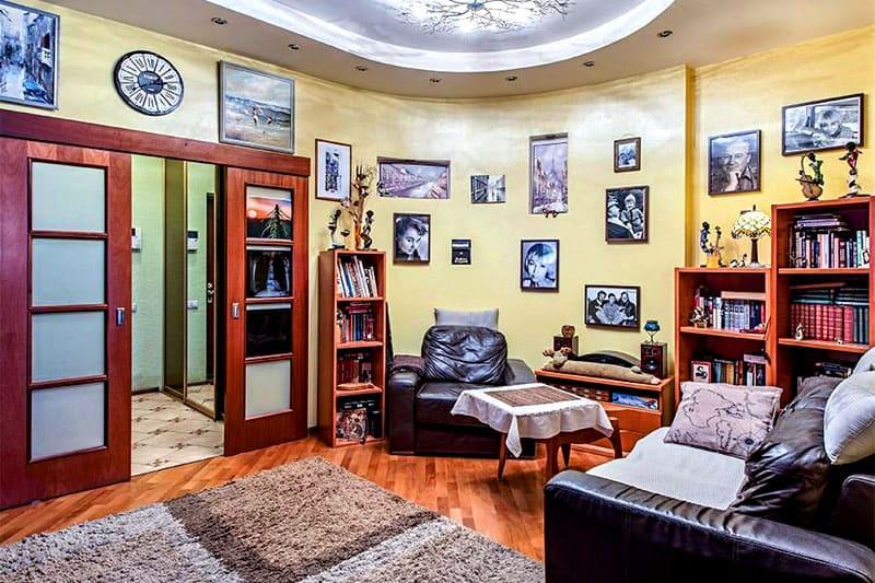 Квартира Ксении Стриж напоминает выставку или музей благодаря огромному количеству фотографий