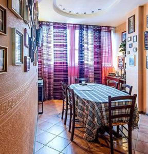 Яркие шторы задают на кухне особую динамику и настроение