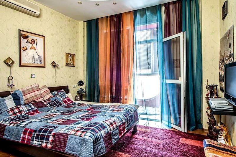 Центральное место в спальне занимает огромная кровать