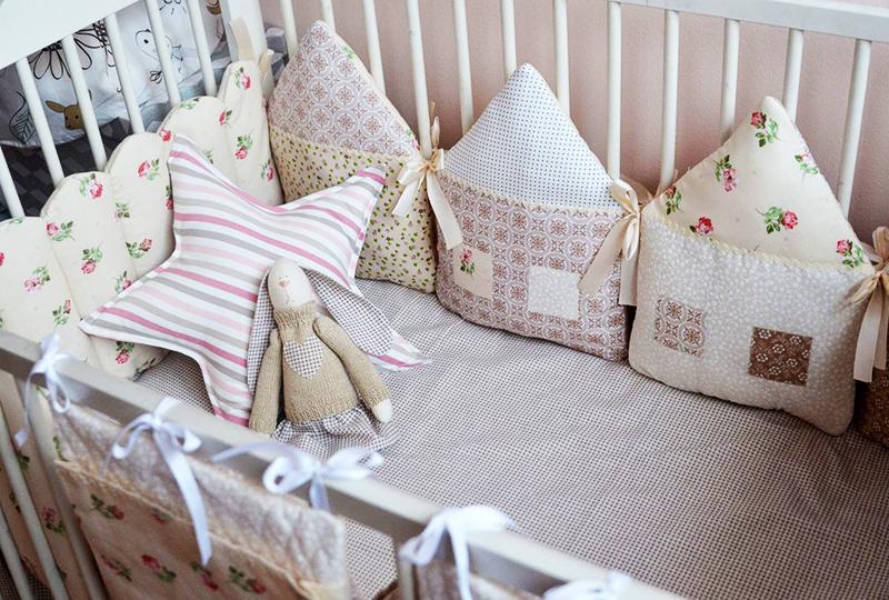 Для новорождённого, который ещё не различает цвета и не может сфокусировать взгляд, идеальный вариант – пастельная, спокойная гамма