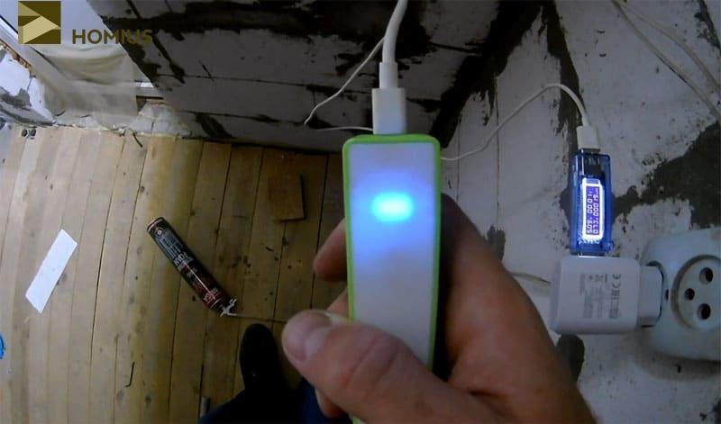Индикатор загорелся зелёным светом, что означало его полный заряд