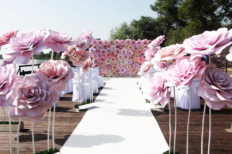 Для изготовления гигантских цветов используют более плотный изолон