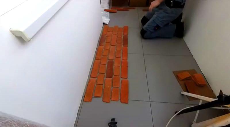 Раскладываем плитки на полу, чтобы понять, как они будут размещены на стене