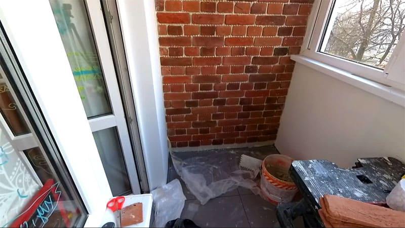 Стена практически закончена, осталось подрезать и уложить нижний ряд