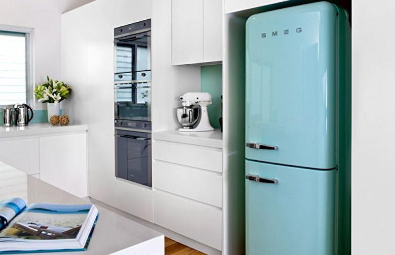Можно сделать яркий акцент с помощью мебели или холодильника