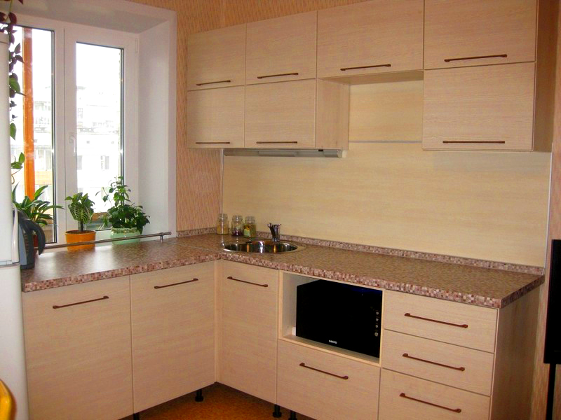 Практичный вариант – деревянные шкафы, расположенные под прямым углом