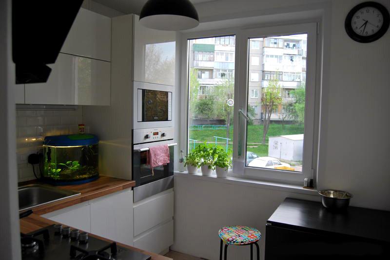 Простой интерьер кухни в панельном доме. Использованы белые цвета для визуального расширения пространства