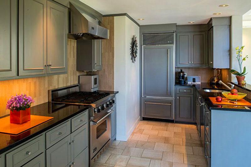 Современный и стильный интерьер кухни с использованием отделки под дерево