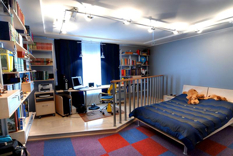Для зонирования комнаты можно создать выступ и поставить ограждение из перил