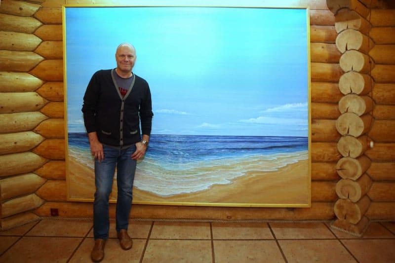 Гостей с порога встречает картина с подсветкой, которую специально для Алексея нарисовал отец дизайнера дома