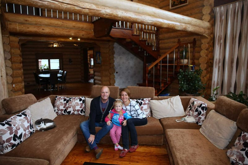 В мягкой зоне установлен роскошный П-образный диван – любимое место всей семьи