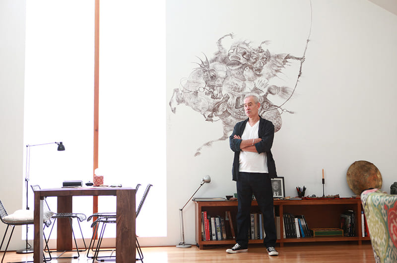 Стену просторной гостиной украшает графический рисунок монгольского воина