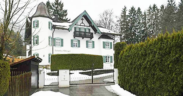 Фасад белоснежного дома Михаила Горбачёва украшен изящными ставнями – характерная черта немецкой архитектуры