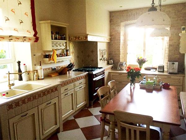 Благодаря двум окнам, кухня всегда наполнена солнечным светом