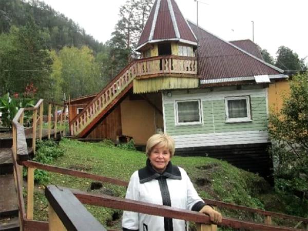 От домика к озеру ведёт лестница с перилами