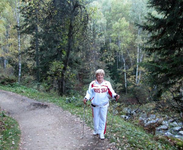 Известная телеведущая с удовольствием занимается скандинавской ходьбой на свежем воздухе