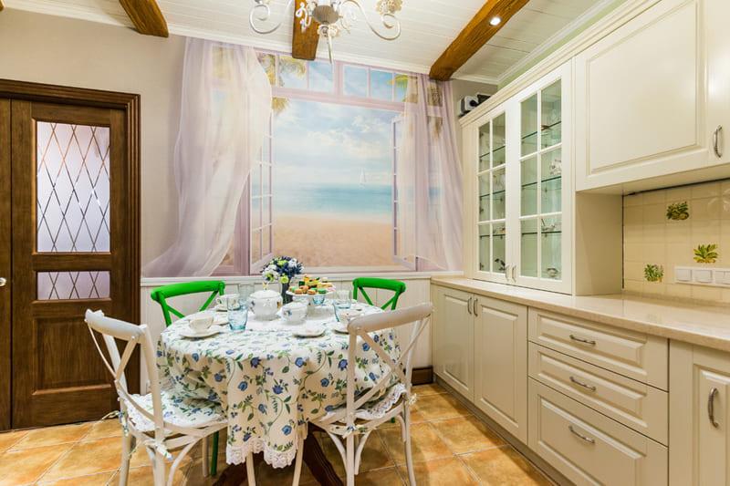 Ключевая особенность кухни – реалистичная фреска с видом на море