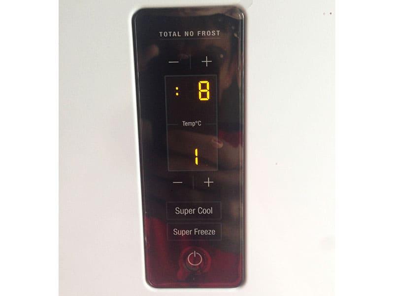 Дисплей в холодильниках чаще всего просто показывают температуру