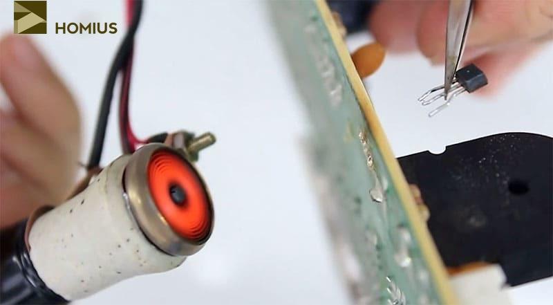Транзистор спокойно вышел из контактных отверстий, оставаясь при этом холодным