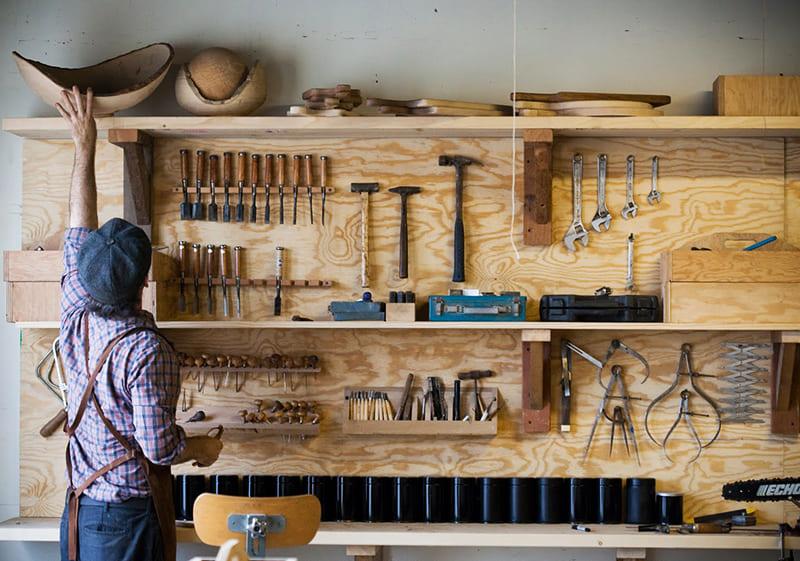 Инструменты должны быть всегда доступны. Как и у всех вещей в доме, у них должно быть своё законное место. Хозяину должно быть удобно, а остальным членам семьи они не должны мешать и портить дизайн квартиры