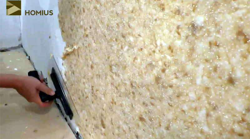 Жидкие обои наносятся на стену слоем 2-3 мм, а сама работа не сложнее оштукатуривания
