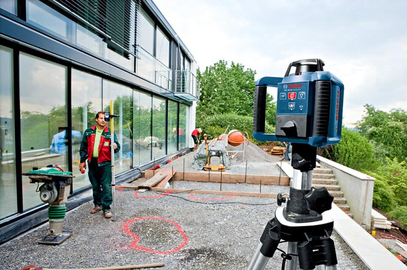 Непосредственно лазерные нивелиры, в комплексе с оптическими приборами, зачастую используют специалисты на открытой стройплощадке