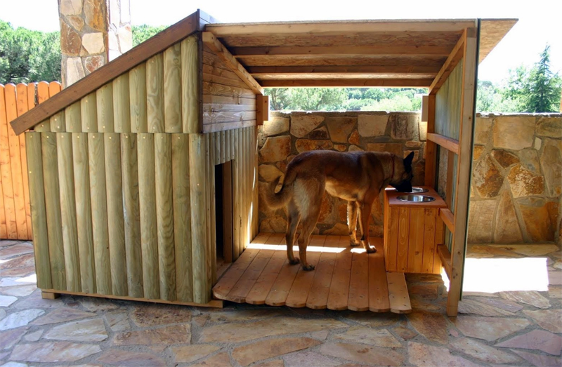 Деревянная будка для овчарки с местом для кормления