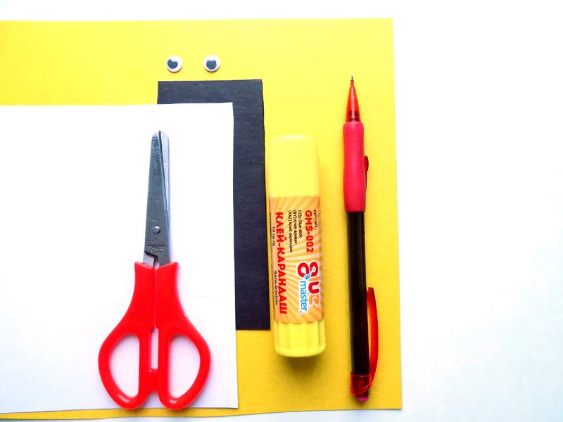 Для склеивания самодельного бумажного куба удобнее всего использовать клей-карандаш