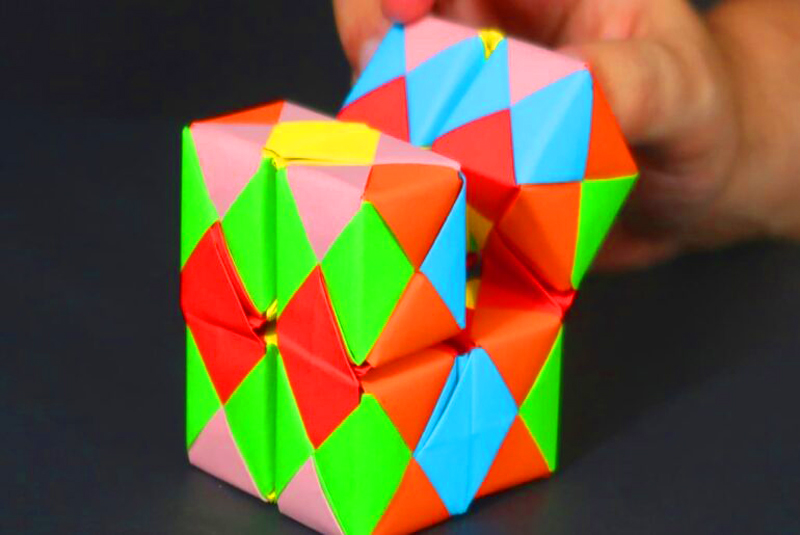 Куб-оригами из бумаги выглядит очень ярко и необычно