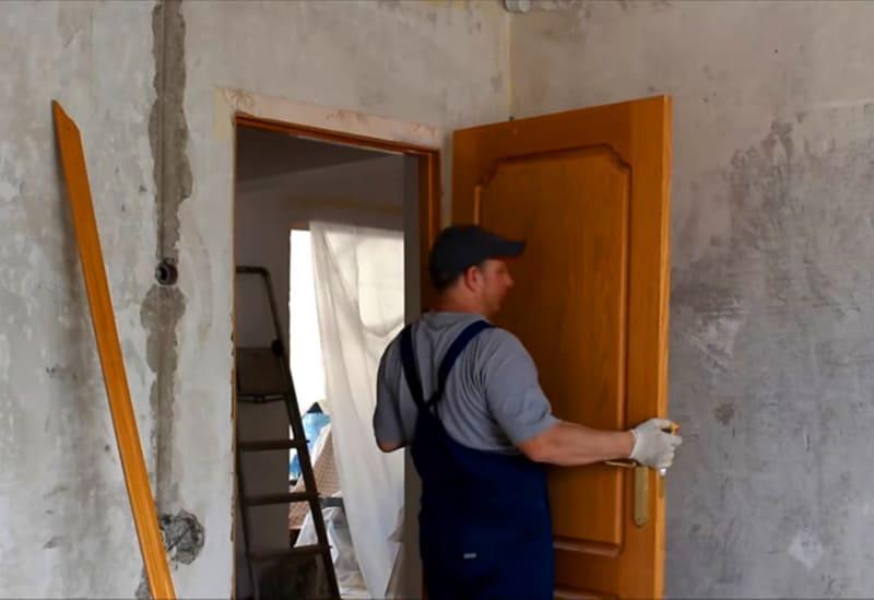 В ситуации, когда принято решение снять старую дверь самостоятельно, требуется учитывать определенные нюансы