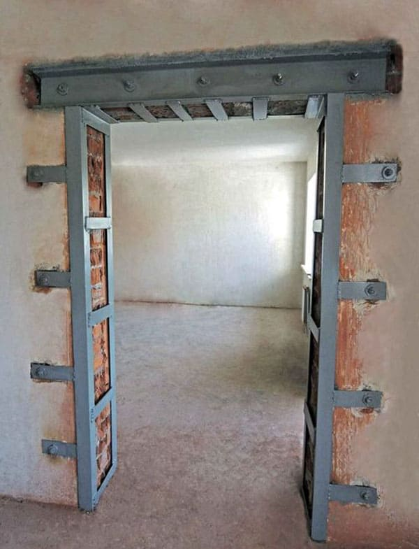 Когда предполагается монтаж в квартире массивной двери, иногда требуются мероприятия, чтобы усилить дверной проем