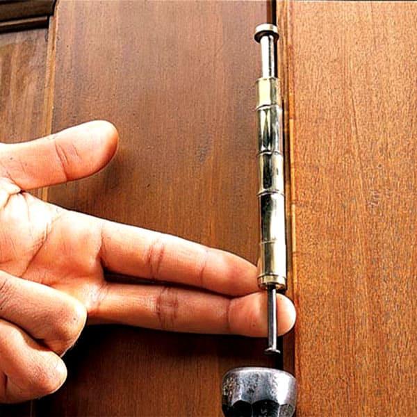 Изначально снимается полотно двери с петель