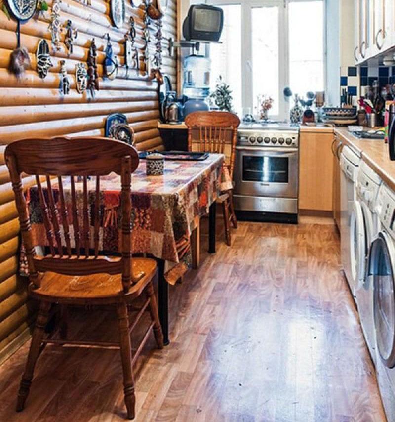На кухне установлено две стиральные машины и одна сушильная