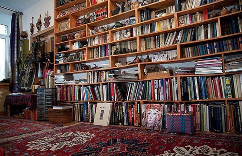 Стеллаж, на котором вместо традиционных книг разместили рулоны с текстилем