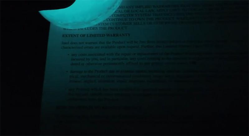 В свете люминофора на бумаге чётко читается напечатанный текст