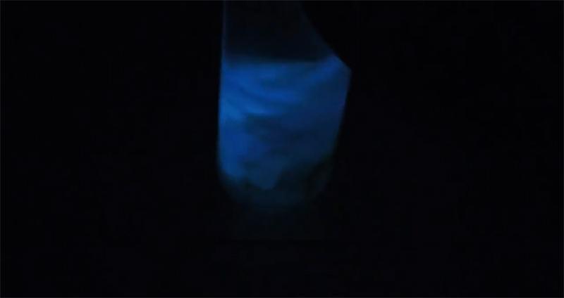 Свечение жидкости еле заметно в темноте, пора приступать к «активации»