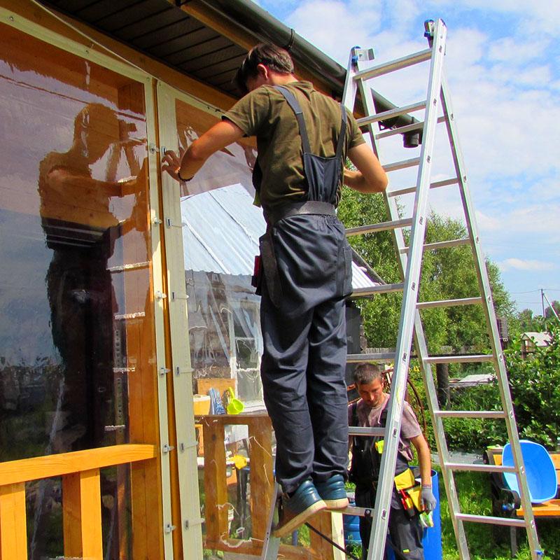 На заключительном этапе монтажных работ устанавливается и фиксируется штора ПВХ