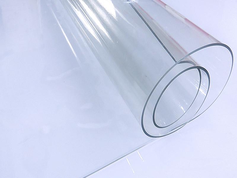 Несмотря на простоту процесса установки, следует соблюдать аккуратность при использовании строительного инструмента, чтобы случайно не повредить пленку шторы